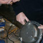 Reparatie tinnen schaal
